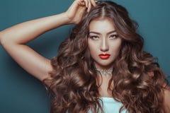 Девушка красивого брюнет шикарная с влажным составом волос и тела и красоты стоковое изображение rf