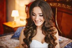 Девушка красивого и счастливого брюнета модельная со стильным стилем  стоковые фото