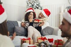 Девушка красивого человека удивительно с подарком на рождество стоковое изображение rf