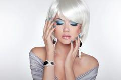 Девушка красивой моды белокурая с волосами bob состав jewelry Стоковое Изображение