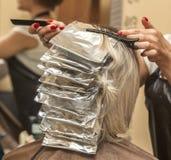 Девушка красит волосы в салоне красоты на парикмахере Стоковое Изображение RF