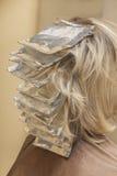 Девушка красит волосы в салоне красоты на парикмахере Стоковые Фотографии RF