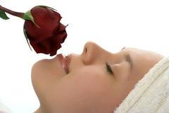 Девушка красотки в полотенце с подняла после ливня Стоковое фото RF