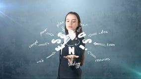 Девушка красоты в костюме стоя близко стена с эскизом идеи дела нарисованная на ем Концепция успешной коммерсантки Стоковая Фотография