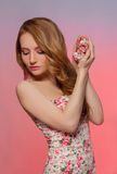 Девушка красоты модельная с пасхальными яйцами Стоковая Фотография RF