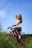 Девушка красоты на велосипеде Стоковое Фото