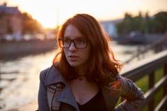 Девушка красоты романтичная outdoors наслаждаясь природой Модель волос красивой осени красная с развевая волосами зарева Свет Сол стоковые изображения rf