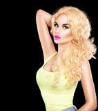 Девушка красоты сексуальная модельная с длинным вьющиеся волосы стоковая фотография