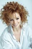Девушка красоты с белокурым курчавым стилем причёсок Здоровый и длинный волнистый h стоковое фото rf