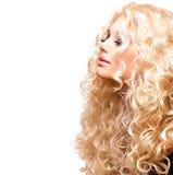 Девушка красоты с здоровым длинным вьющиеся волосы стоковая фотография rf