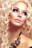 Девушка красоты с здоровым длинным вьющиеся волосы стоковые изображения