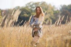 Девушка красоты с длинными красными дуя волосами outdoors стоковое фото rf