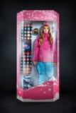 Девушка красоты с комплектом ботинок оборудования сноуборда, перчаток, маски Стоковые Изображения