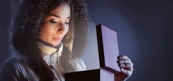 Девушка красоты с красной подарочной коробкой стоковое изображение