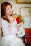 Девушка красоты с чашкой Стоковые Фото