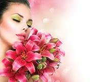 Девушка красоты с lilly цветками Стоковое Фото