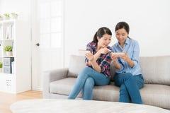 Девушка красоты указывая экран друга спрашивая проблему Стоковые Фотографии RF