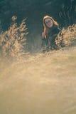 Девушка красоты Outdoors наслаждаясь природой Красивая подростковая модельная девушка при длинные здоровые дуя волосы бежать на п Стоковое Изображение