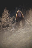 Девушка красоты Outdoors наслаждаясь природой Красивая подростковая модельная девушка при длинные здоровые дуя волосы бежать на п Стоковое Фото