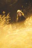 Девушка красоты Outdoors наслаждаясь природой Красивая подростковая модельная девушка при длинные здоровые дуя волосы бежать на п Стоковые Изображения