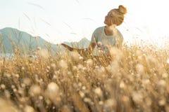 Девушка красоты Outdoors наслаждаясь природой Стоковые Изображения