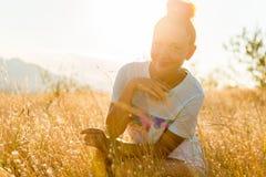 Девушка красоты Outdoors наслаждаясь природой Стоковые Фотографии RF