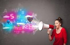 Девушка крича в мегафон и абстрактный текст и воздушные шары приходят Стоковая Фотография RF