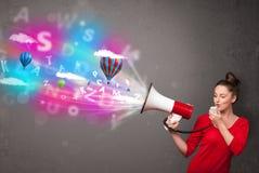 Девушка крича в мегафон и абстрактный текст и воздушные шары приходят Стоковое Изображение