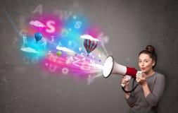 Девушка крича в мегафон и абстрактный текст и воздушные шары приходят Стоковые Фото