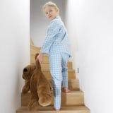 девушка кровати идя к детенышам Стоковая Фотография RF