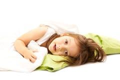 девушка кровати милая ослабляя Стоковое фото RF