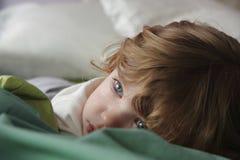 девушка кровати немногая стоковая фотография rf