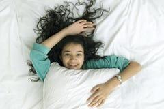 девушка кровати Стоковые Фото