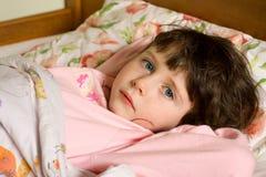 девушка кровати Стоковые Фотографии RF