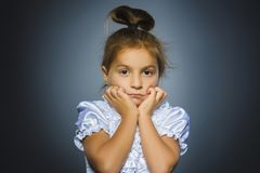 Девушка крупного плана унылая с потревоженным усиленным выражением стороны стоковые фото