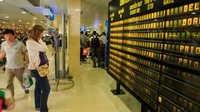Девушка крупного плана белокурая смотрит расписание в крупном аэропорте акции видеоматериалы