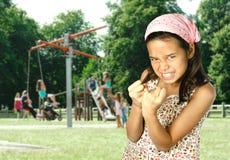 девушка кулачка ее детеныши показа Стоковое фото RF