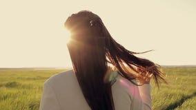 Девушка купает в солнце акции видеоматериалы