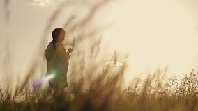 Девушка купает в солнце сток-видео