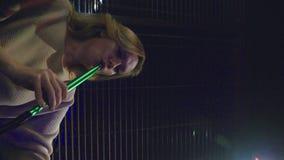 Девушка курит кальян и выпивает пиво на ночном клубе акции видеоматериалы