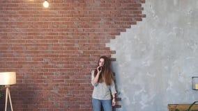 девушка курит vape видеоматериал