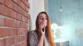 девушка курит vape акции видеоматериалы