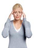 Девушка кладет руки на головку стоковое фото rf