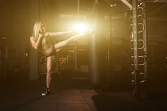 Девушка кладет спортзал в коробку груши Стоковая Фотография