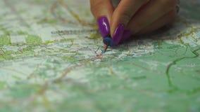 Девушка кладет ярлык на карту назначения видеоматериал