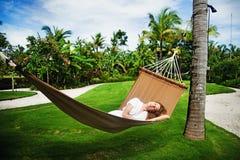 Девушка кладя в hammok стоковое изображение rf