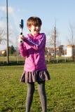 Девушка к baselall игры парка стоковые фотографии rf