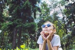 Девушка лежа на траве и смотря вверх, тонизированное изображение стоковое изображение rf
