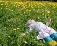 девушка лежит лужок Стоковое Фото