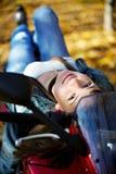 девушка лежит мотоцикл стильный стоковое изображение rf